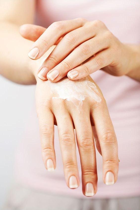Chăm sóc da tay với lotion có mùi thơm nhẹ sẽ giúp bạn cảm thấy thư thái hơn