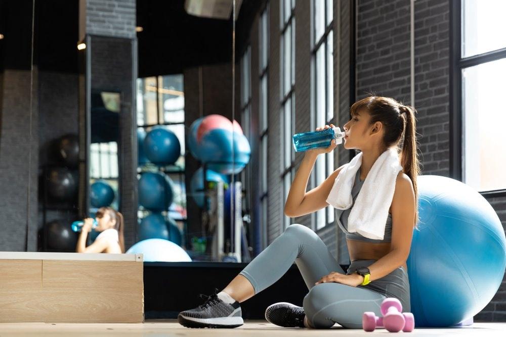 bổ sung nước để không bị chóng mặt khi tập thể dục