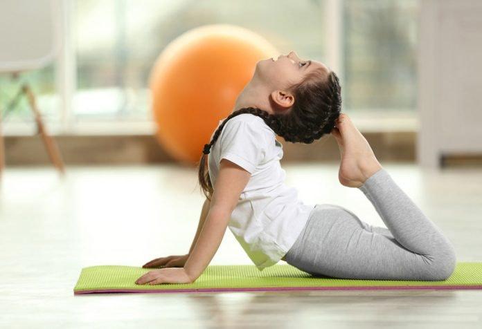 trẻ em tập yoga