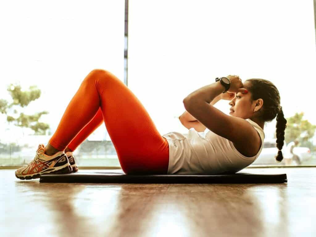 Hóp bụng, áp lưng xuống sàn và không di chuyển xương chậu hay cột sống