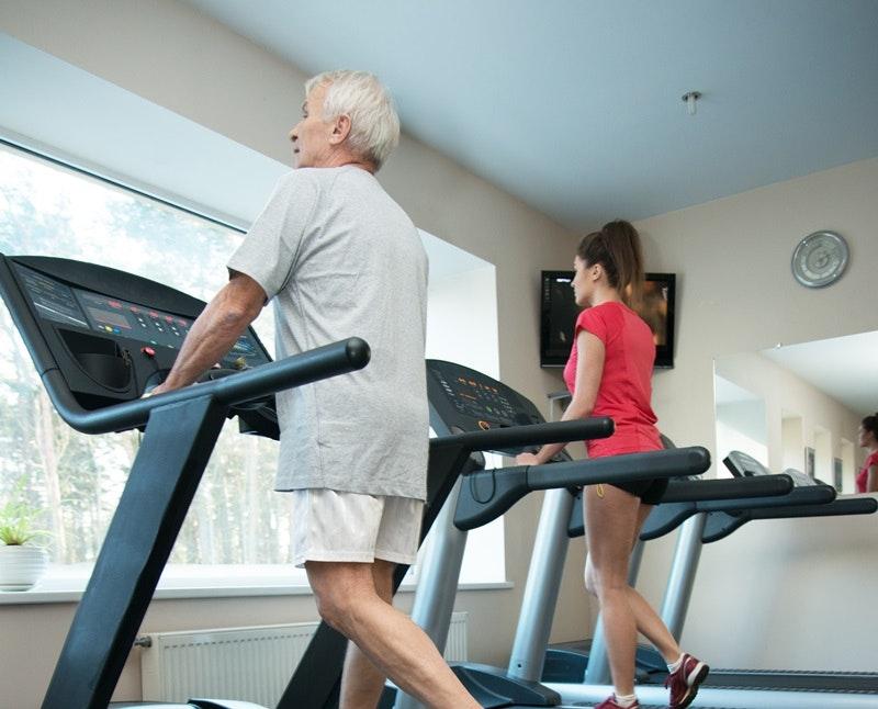 Người cao tuổi sử dụng máy chạy bộ có thể bị ảnh hưởng tim mạch